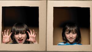 meisje in een doos