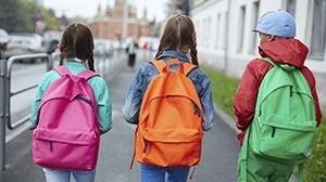 Tieners stappen naar school