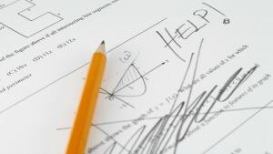 Leerling doorstreept de vraag boos met potlood en schrijft HELP!