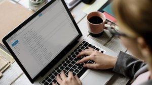 vrouw kijkt naar e-mail op laptop
