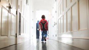 Leerling loopt door de gang van de school.