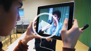 Leerling filmt met tablet
