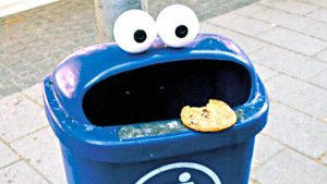 vuilbak ingekleed als cookiemonster