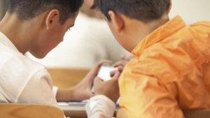 Jongens met GSM in de klas