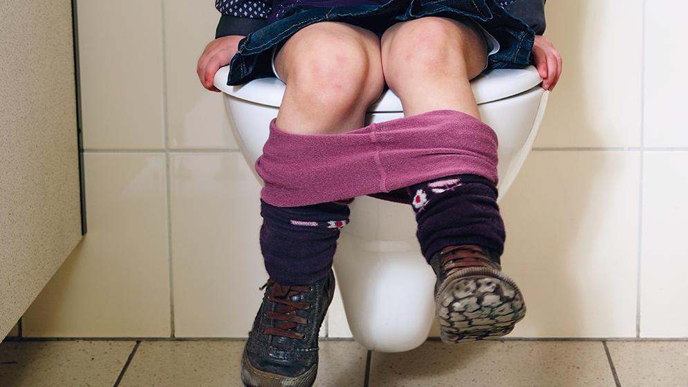 Meisje op toilet