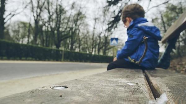 afbeelding van een leerling op een bankje