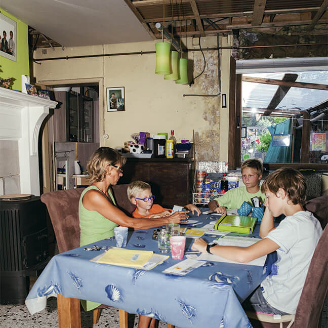 Inge en haar kinderen samen aan tafel