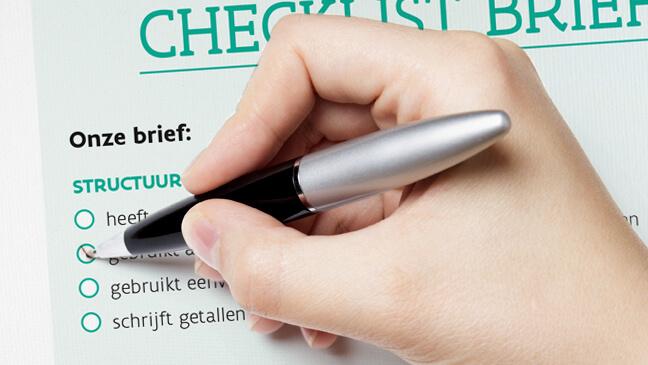 hand met pen die een checklist invult