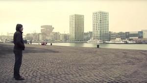 Sfeerbeeld met man die aan de rand van de Schelde staat.