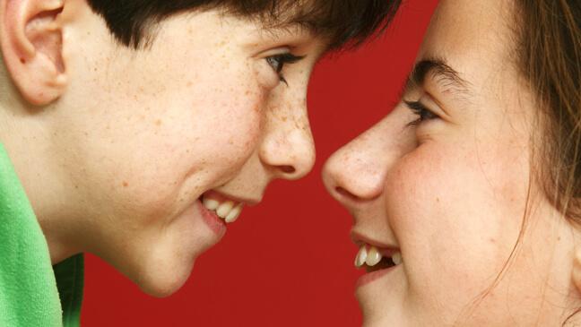close-up van jongen en meisje die elkaar in de ogen kijken