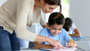 M-decreet: leraar helpt leerling bij taak