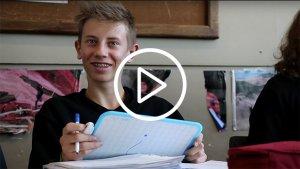 Video lachende leerling aan de slag met een uitwisbaar bordje
