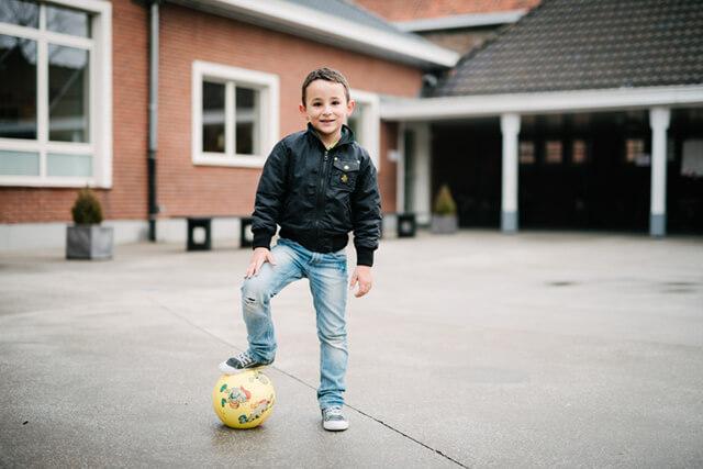 Hicham is nu ingeschreven in de plaatselijke voetbalclub
