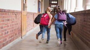 Leerlingen rennen door de schoolgang