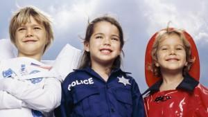 kinderen in politie-, brandweer- en astronautenpak