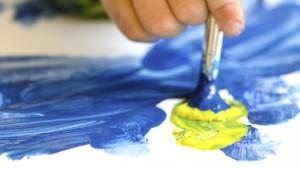 close-up van kleuterhand die schildert
