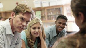 leraar houdt klasgesprek met jongeren