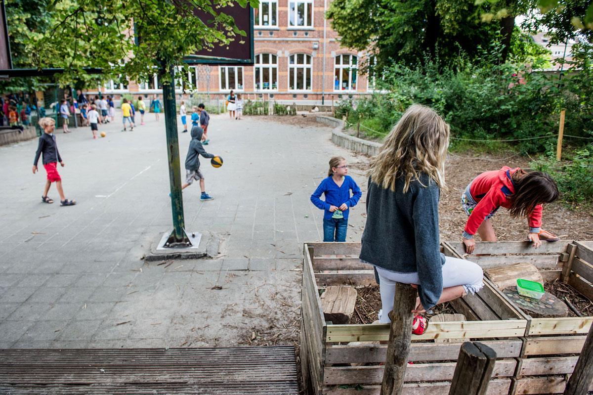 Kinderen spelen met houten bakken