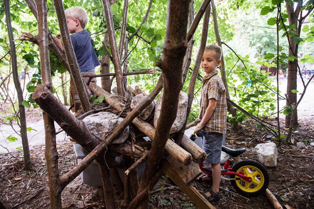 2 jongens maken een kamp met takken