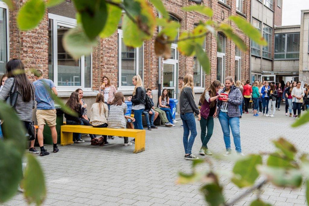 Tieners op speelplaats Ursulinen Mechelen