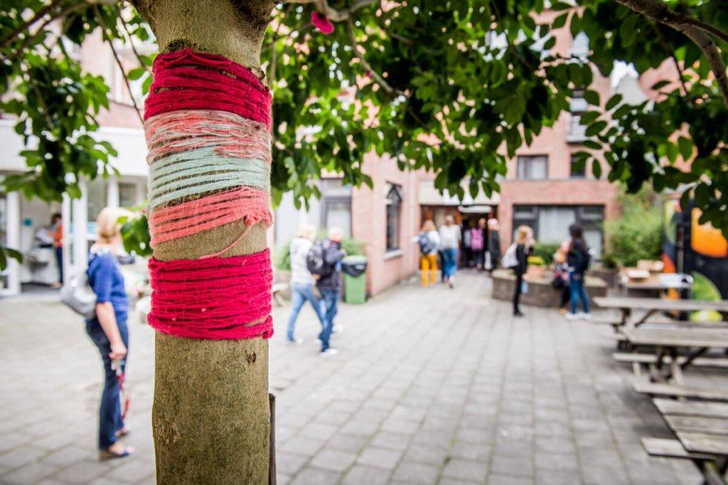 Stam van boom versiert met garen