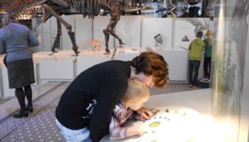 Mama met kind bekijken interactief bord