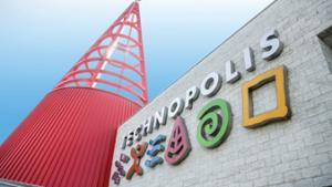 Logo van technopolis aan de buitenkant van het gebouw