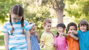 meisje wordt gepest door groepje kinderen