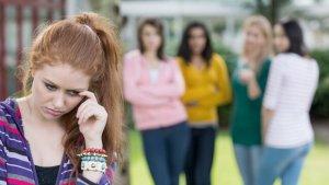 groepje meisjes roddelt over een ander meisje