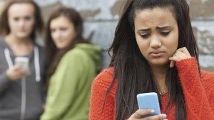 Meisje krijgt verwijtend bericht op smartphone