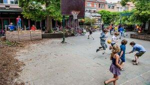 Kinderen spelen op groene speelplaats