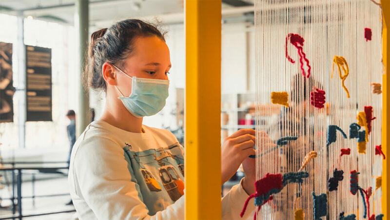 vrouw met mondmasker in Industriemuseum