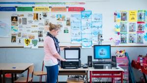 Juf Eveline bedient scanner in klaslokaal