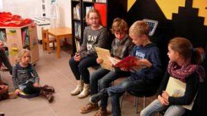 Kinderen tijdens de voorleesweek in de Bibliotheek van Bree
