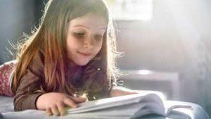 Meisje leest in boek