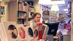 Man achter de kassa van boekhandel Malpertuis