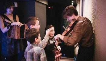 Violist speelt voor 3 kinderen in Bozar