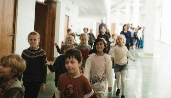 kinderen in gang Bozar op weg naar een concert