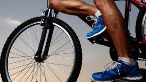 close-up van fietser en voorwiel van een fiets