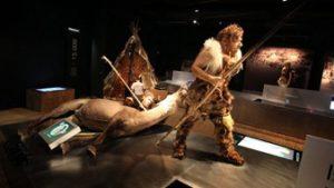 Jager met dood dier uit de oertijd