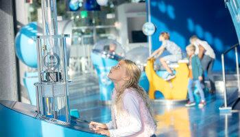 jong meisje neemt deel aan interactief spel in Hidrodoe