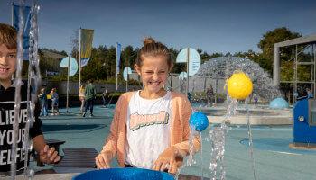 meisje speelt met fontein met balletjes