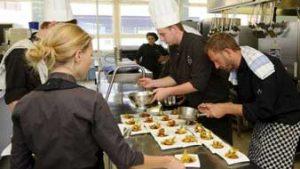 Leerlingen aan het werk in de keuken van Hotelschool Gent