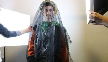 man met bruidssluier