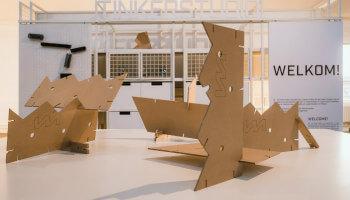 inkomhal Insdustriemuseum met houten sculpturen
