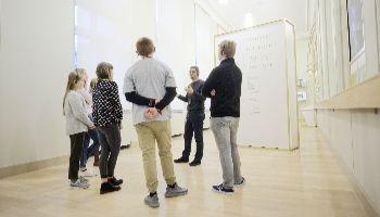 groepje mensen in de toonzaal van het museum