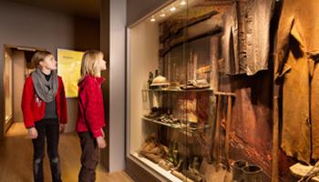 Meisje kijkt naar voorwerpen uit WOI (Passchendaele)
