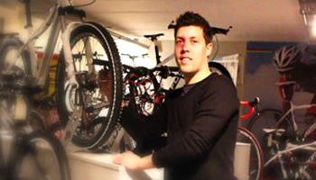 Man die fietsen toont