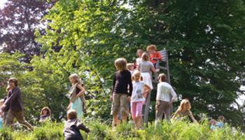 kinderen spelen in natuur