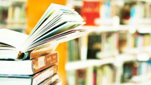 stapel boeken in bibliotheek